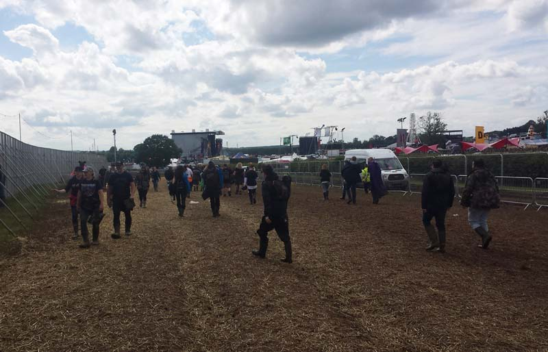 Download-Festival-through-the-gate